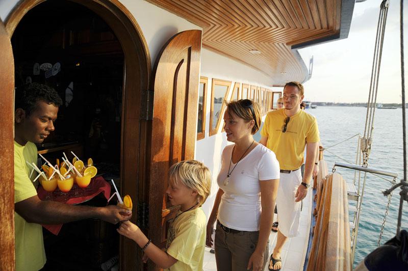Мальдивы дайвинг сафари яхта M/Y Carina апельсиновый сок