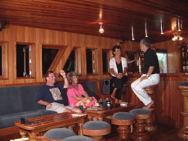 Мальдивы дайвинг сафари яхта M/Y Carina бар