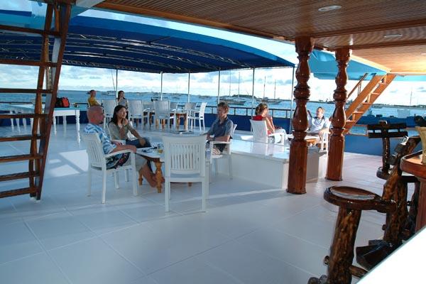 Мальдивы дайвинг сафари яхта M/Y Carina столовая на открытом воздухе