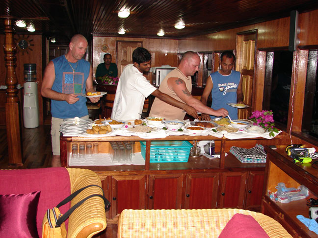 дайвинг сафари мальдивы столовая на яхте m/y eagle ray