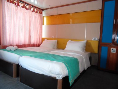дайвинг сафари мальдивы яхта MV Mozaique каюта на верхней палубе с балкончиком с двумя кроватями