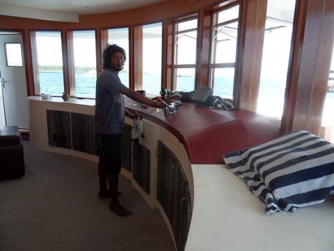 дайвинг сафари мальдивы яхта mv  mozaique второй капитан в капитанской рубке