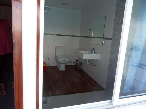 дайвинг сафари мальдивы яхта MV Mozaique туалет в каюте на верхней палубе с балкончиками